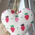 Eperszív - vidéki romantika szív , Otthon, lakberendezés, Dekoráció, Mindenmás, Lakástextil, Eper mintás minőségi pamut lenvászon anyagból készült szív. Kedves és nagyon szép dísz lehet a lakás..., Meska