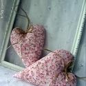 Vidéki romantika szív - rózsaszín virágos, Otthon, lakberendezés, Dekoráció, Baba-mama-gyerek, Lakástextil, Vidám és nagyon kedves dísze lehet a lakásnak, kilincsre, szekrény gombra, felakasztva nagyon jól mu..., Meska