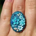 Virágos gyűrű, Ékszer, óra, Gyűrű, Hőre keményedő gyurmából készült a gyűrű, ezüst alapon helyezkedik el. A gyűrű körmére..., Meska