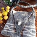 Gyapjú nemezelt tarisznya, Táska, Tarisznya,  100% gyapjúból készült, natúr és világos barna színű, nem festett, ovális gyapjú gombbal..., Meska