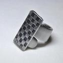 Füstös-rácsos fémgyűrű (GY065), Ékszer, Szerelmeseknek, Anyák napja, Gyűrű, Saját készítésű négyzetrács mintás fémgyűrő, egyedi kialakítással és színezéssel, füstös sötétítésse..., Meska