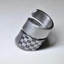Csavart füstös-rácsos gyűrű (GY077), Ékszer, Szerelmeseknek, Anyák napja, Gyűrű, Rács mintás csavart fémgyűrő, egyedi kialakítással, színezéssel.  Belső átmérője: fix 15mm Hossz: 30..., Meska