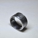 Fekete rózsa karikagyűrű (GY038), Ékszer, Szerelmeseknek, Anyák napja, Gyűrű, Sötétített fém karikagyűrű egyedi kialakítással, rózsa mintázattal.  Belső átmérője: fix 17mm Súlya:..., Meska