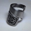 Égetett csavart fém gyűrű (GY114), Ékszer, Szerelmeseknek, Karácsonyi, adventi apróságok, Gyűrű, Ékszerkészítés, Fémmegmunkálás, Elegáns, sötét mintás csavart fémgyűrű, egyedi égetett színezéssel.  Belső átmérője: fix 18mm Hossz..., Meska