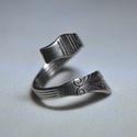 Vékonyított, vonalas fémgyűrű (GY131), Ékszer, Gyűrű, Vékonyított, vonal mintás, csavart fémgyűrű. Egyedi fényezéssel.  Belső átmérője: fix 17mm Súlya: <2..., Meska