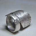 Impozáns ezüstözött fémgyűrű (GY136), Ékszer, Szerelmeseknek, Gyűrű, Gyönyörű ezüstözött antik gyűrű, egyedi mintával, csavart kialakítással és polírozással. Alapanyaga ..., Meska