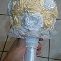 Esküvői csokor, Krém és hófehér csokor szaténszalag-rózsákb...