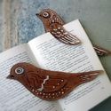 Madaras könyvjelző, Naptár, képeslap, album, Könyvjelző, Pirográffal és kézi festéssel készült bőr könyvjelző. Hosszúsága: 20 cm. Az különböző darabok mintáz..., Meska