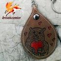"""""""Szívözön""""- kulcstartó 2., Mindenmás, Kulcstartó, Pirográffal és kézi festéssel készült ez a csepp alakú, bőr kulcstartó. Mérete: 5,5 x 8 cm . Lánc ho..., Meska"""