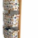 Gyerekszobai tároló - Falra szerelhető textil tartó - Játék tárolásra, pelenka tartóként - vidám állatfigurás textillel, Baba-mama-gyerek, Gyerekszoba, Tárolóeszköz - gyerekszobába, Famegmunkálás, Varrás, Ez egy jól kihasználható, praktikus falra szerelhető fali tároló fenyő, valamint csodaszép, designe..., Meska