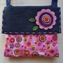 Rózsaszín-lila kerek virágmintás farmer válltáska lányoknak, Ez a bélelt, fedéllel záródó, sötétkék far...