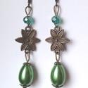 Zöld virág fülbevaló, Ékszer, Fülbevaló, A fülbevalót egy zöld színű tekla gyöngyből, és egy hasonló színű csiszolt, áttetsző ü..., Meska