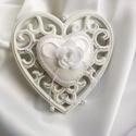Esküvőre/eljegyzésre szív alakú gyűrűpárna , Esküvő, Szerelmeseknek, Gyűrűpárna, Esküvői dekoráció, Hófehér, egyedi gyűrűpárnára vágysz? Szereted a rózsákat? Akkor ez a ti gyűrűpárnátok! ..., Meska
