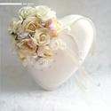Esküvőre/eljegyzésre romantikus hangulatú gyűrűpárna, Esküvő, Esküvői ékszer, Nászajándék, Gyűrűpárna, Gyöngyfűzés, Virágkötés, Egyedi gyűrűpárnát vágysz, ami eleganciájával megdobogtatja a szívedet? Olyan darabot szeretnél, am..., Meska