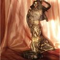 Lány a szélben - textilszobor , Dekoráció, Otthon, lakberendezés, Képzőművészet, Szobor, 13 cm átmérőjű (+7 cm szoknya kilengés) gipsz alapon álló, drót vázra épült 36 cm magas, ..., Meska