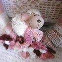 Ajtódísz báránykával, Dekoráció, Otthon, lakberendezés, Ajtódísz, kopogtató, Színvilága fehértől a rózsaszínen és a mályván át egészen a burgundiig repít... Vidám kerámia bárány..., Meska