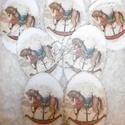 Vintage díszek - hintalovas dekoráció, Dekoráció, Karácsonyi, adventi apróságok, Ünnepi dekoráció, Karácsonyi dekoráció, Régmúltat idéző ovális fa alapú díszek hintalovas mintával. 7 db, Meska