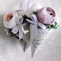Vintage virágtölcsérek - Virágcsokor - Esküvői dekoráció - vintage dekoráció - Mályva , Otthon, lakberendezés, Esküvő, Dekoráció, Esküvői dekoráció, Fakéregből készült tölcsért mohával béleltem és egyik kedvenc virágommal, az elbűvölő, vékony papírr..., Meska