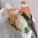 Virágtáska - madárkás virágtáska - ajándék táska - Home design, Otthon & lakás, Dekoráció, Csokor, Barack színekben pompázó virágtáska élethű boglárkákkal, rózsákkal... és madárkával.  A fából készül..., Meska