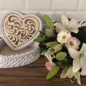 Szív alakú fehér horgolt díszdoboz, Otthon & Lakás, Díszdoboz, Dekoráció, Horgolás, 22 cm szív alakú faalapra , minőségi pólófonalból horgolt díszdoboz.  Magasság 10 cm , Meska