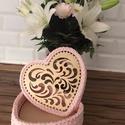 Szív alakú rózsaszín horgolt díszdoboz, Otthon & Lakás, Díszdoboz, Dekoráció, Horgolás, 22 cm faalapra, minőségi pólófonalból horgolt díszdoboz.  Magassága 8 cm  , Meska