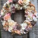 Anyák napi kopogtató, Dekoráció, Otthon, lakberendezés, Ajtódísz, kopogtató, Virágkötés, 20 cm-es hungarocell alapra készített kopogtató. Száraz termésekkel és dekor növényekkek díszítve. ..., Meska