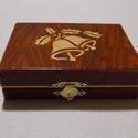 Kicsi csengettyűs doboz, Ékszer, óra, Dekoráció, Ékszertartó, Dísz, Famegmunkálás, Mindenmás, Csengettyűs doboz trópusi fából, fenyő intarzia berakással. Méret: 18x12.5x5.5 cm Méret: 12.5x9.5x4..., Meska