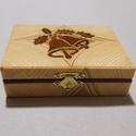 Kicsi csengettyűs doboz, Ékszer, óra, Dekoráció, Ékszertartó, Dísz, Famegmunkálás, Mindenmás, Csengettyűs doboz fenyőből trópusi fa intarzia berakással. Méret: 12.5x9.5x4 cm, Meska