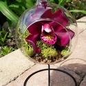 Orchidea agyagból, üveg gömbben, állványon, Dekoráció, Képzőművészet, Esküvő, Dísz, Szobrászat, Festett tárgyak, 1 fej orchidea, üveg gömbben, állványon. A gömb átmérője 10 cm, az állvány 20 cm magas. A virág min..., Meska