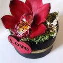 Orchidea agyagból, dobozban, Dekoráció, Esküvő, Szerelmeseknek, Dísz, Szobrászat, Festett tárgyak, 1 fej orchidea, választható színben, papírdobozban. A virág mérete 7 cm a doboz 6 cm magas. A doboz..., Meska