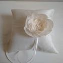 """""""Fiore"""" -  ekrü nagy virágos gyűrűpárna, Esküvő, Gyűrűpárna, Esküvői dekoráció, Varrás, Saját készítésű textilvirággal és tüllel díszített ekrü taft gyűrűpárna. Maga a szolid elegancia.  ..., Meska"""