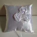 """""""Rosalba"""" - romantikus rózsás gyűrűpárna, Esküvő, Gyűrűpárna, Esküvői dekoráció, Három saját készítésű rózsa díszíti ezt a szolid hófehér gyűrűpárnát.  A gyöngyök t..., Meska"""