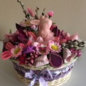 Lila rózsaszín asztaldísz, Dekoráció, Húsvéti díszek, Otthon, lakberendezés, Fonás (csuhé, gyékény, stb.), Virágkötés, Az asztaldísz alapja egy 20 cm átmérőjű kerek fonott kosár, amit lila és natúr peddignádból fontam ..., Meska
