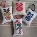 Karácsonyfadíszek, A díszek keresztszemes hímzéssel készültek. K...