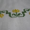 Sárga tulipános konyharuha, A motívumot keresztszemes hímzéssel készített...
