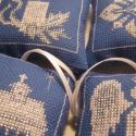Karácsonyi dísz, A motívumokat keresztszemes hímzéssel készíte...