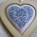 Szív, Dekoráció, A motívum keresztszemes hímzéssel készült; natur fakeretbe tettem; a hímzés alatt vatelin van,így eg..., Meska