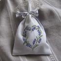 Zsák levendulának, Mindenmás, A zsákocskára levendulaminta került keresztszemes hímzéssel. Hátoldala lila-fehér pöttyös textil. A ..., Meska