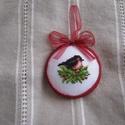 Karácsonyi dísz, A motívum keresztszemes hímzéssel készült; a ...