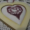 Hímzett szív fakeretben, Dekoráció, Dísz, A motívum keresztszemes hímzéssel készült; natur fakeretet kapott. Kedves ajándék lehet bármilyen al..., Meska