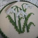 Tavaszi dísz, A motívum keresztszemes hímzéssel készült. A ...