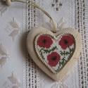 Pipacsos szív faalapon, Dekoráció, Dísz, A motívum keresztszemes hímzéssel készült; natur faalapra került. Kedves ajándék lehet bármilyen alk..., Meska