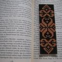 Könyvjelző, Naptár, képeslap, album, Könyvjelző, A minta keresztszemes hímzéssel készült plasztikra; hátoldalán filc van.  Mérete: 3,5x11 cm, Meska