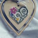 Hímzett szív,  motívum keresztszemes hímzéssel készült plas...