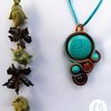 asszimetrikus türkiz medál (sujtás), Ékszer, Medál, A nyaklánc fókuszában egy türkiz színű kő áll, az őt körülvevő kisebbek között apró türkizkék, naran..., Meska