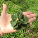 zöld nemezelt virág hajgumi, bross, Dekoráció, Játék, Báb, Nemezelés, Varrás, Három virágból álló kis csokrocska a hajban:-). Meleg zöld, közepén vidám kis krémsárga bogyóval..:..., Meska