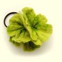 zöld nemezvirág hajgumi/bross (egy darab!!!), Ékszer, Bross, kitűző, Nemezelés, Varrás, Az ár egyetlen darabra vonatkozik!  Momentán ez a színválaszték; legalább négy darab vásárlása eset..., Meska