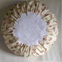 Horgolt csipkebetétes körpárna, Dekoráció, Otthon, lakberendezés, Lakástextil, Párna, Rózsás pamutvászonból készült kör alakú párna. Közepét horgolt csipke díszíti. Hátul z..., Meska