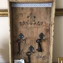 Vintage kulcstartótálca, Bútor, Otthon, lakberendezés, Famegmunkálás, Festészet, Régi fatálca új szerepben. Kulcstartóként használható. Szerkezeti mozgásokat faragasztóval rögzítet..., Meska