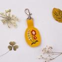 Virágos  kulcstartó , Mindenmás, Kulcstartó, Virágos  hímzett kulcstartó  Anyaga : műbőr Mérete:  6 cm    , Meska
